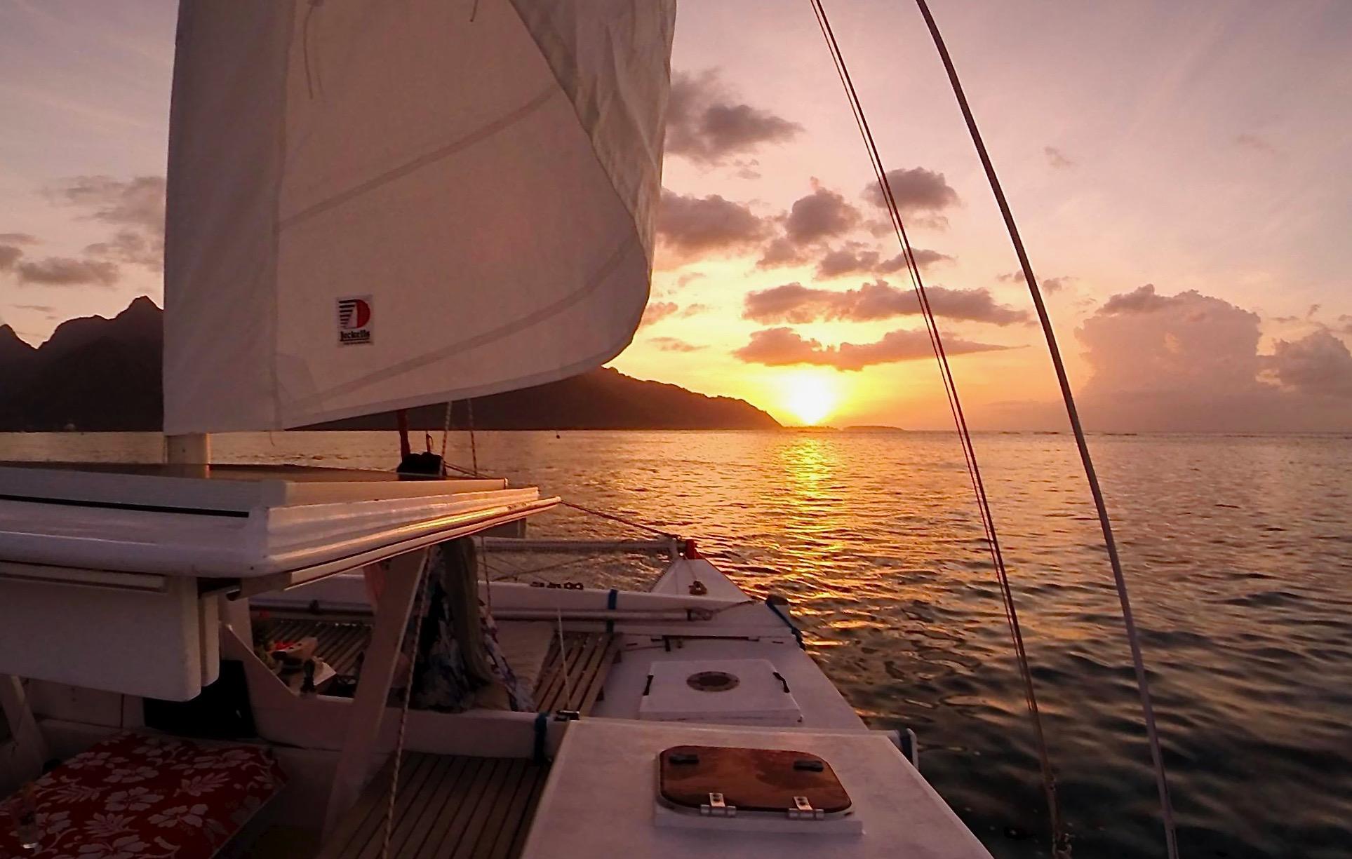 https://tahititourisme.jp/wp-content/uploads/2017/08/Voila-Moorea-Sunset-from-the-hull.jpeg