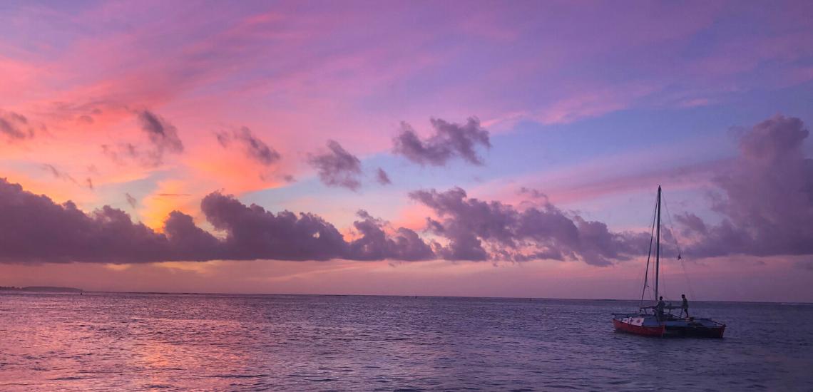https://tahititourisme.jp/wp-content/uploads/2017/08/voilamoorea_sunset_1140x550.png