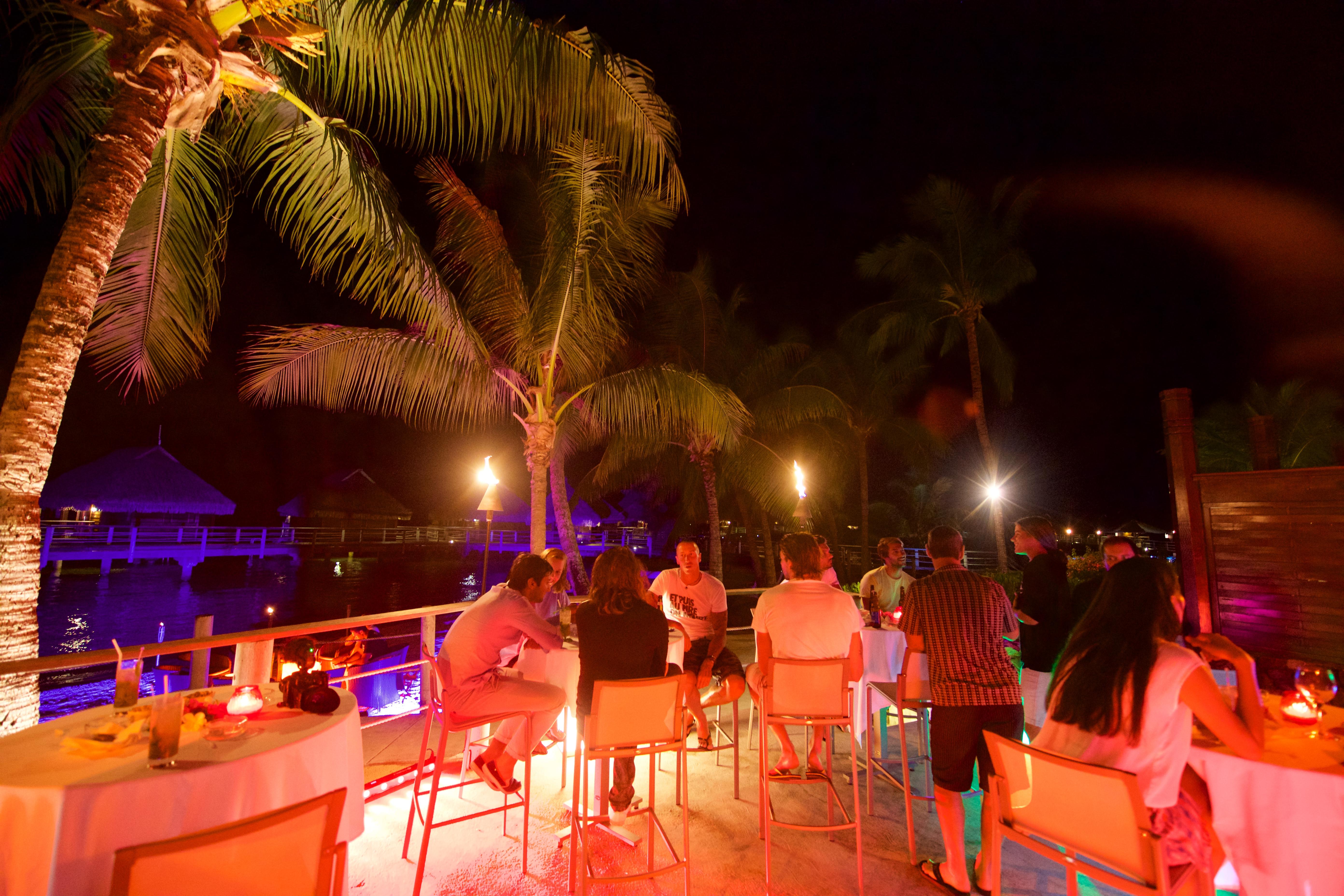 https://tahititourisme.jp/wp-content/uploads/2018/03/RESTAURATION-Matahiehani-Lounge-Bar-featured_image-Tim_McKenna.jpg