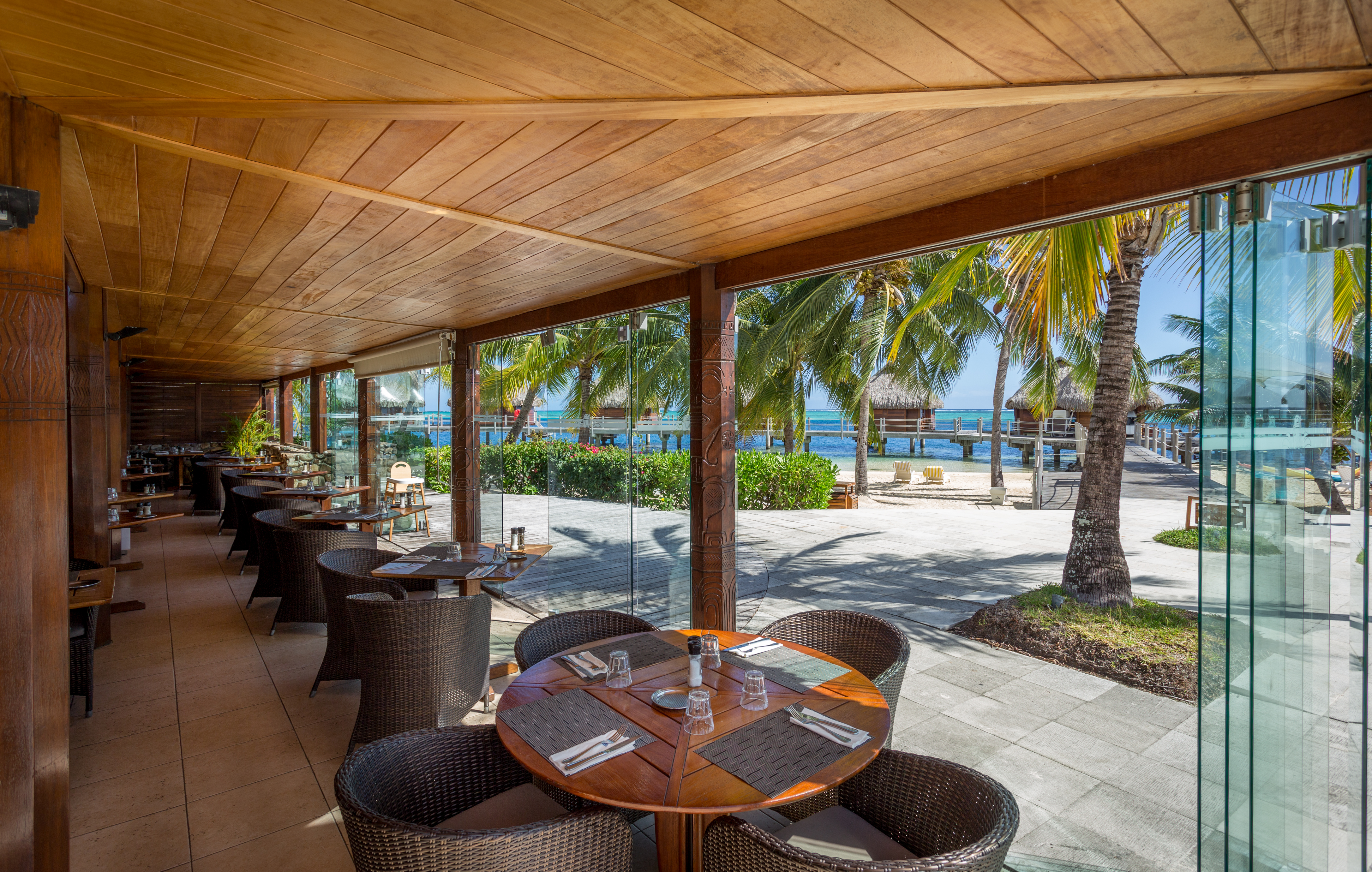 https://tahititourisme.jp/wp-content/uploads/2018/03/RESTAURATION-Restaurant-Mahanai-1-Charles_Veronese.jpg