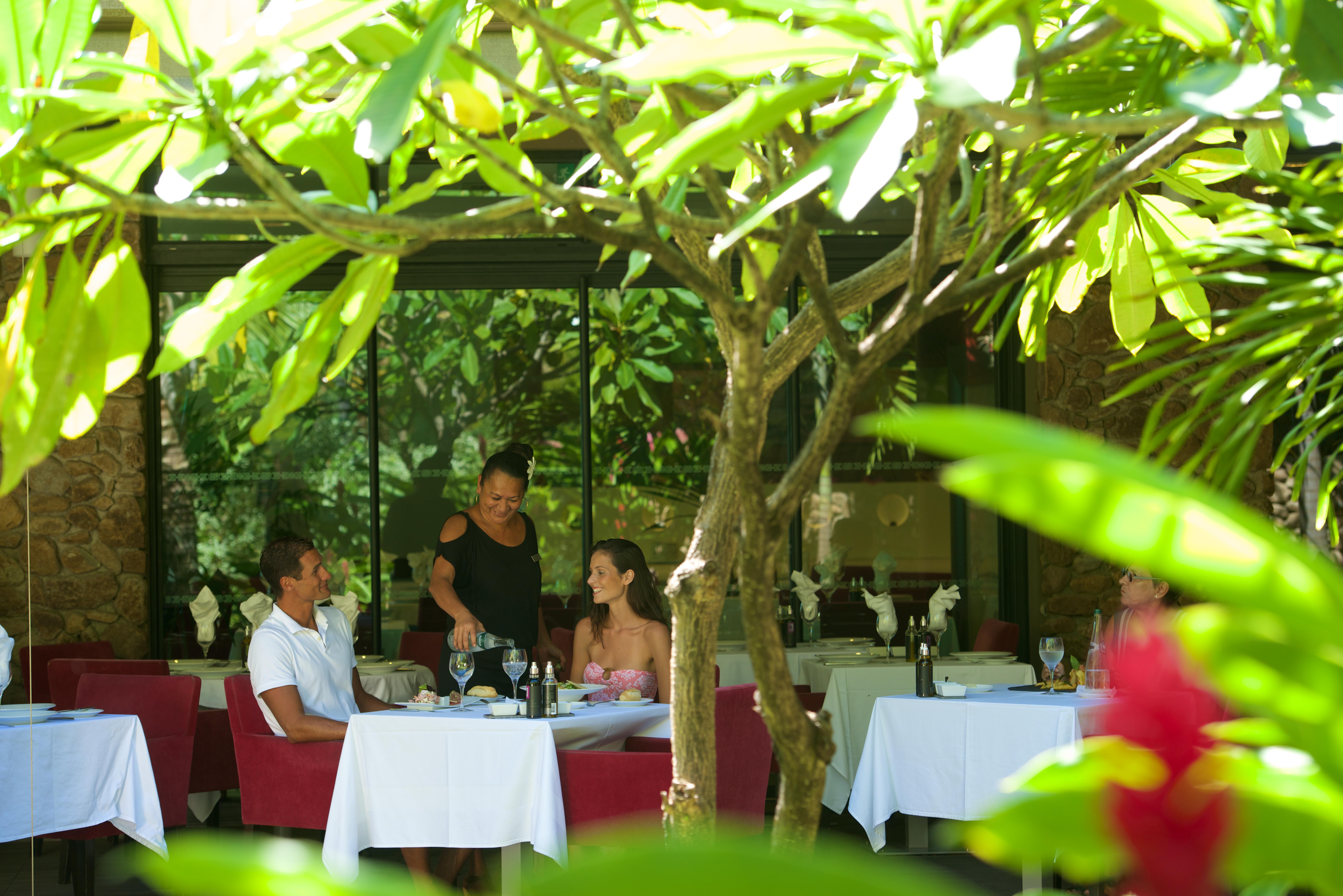 https://tahititourisme.jp/wp-content/uploads/2018/03/RESTAURATION-Vaitohi-Restaurant-2.jpg