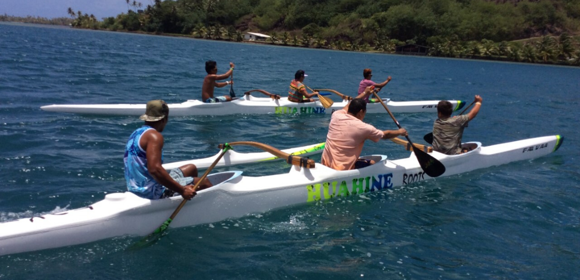 https://tahititourisme.jp/wp-content/uploads/2020/03/Huahine-Roots_1140x550.png